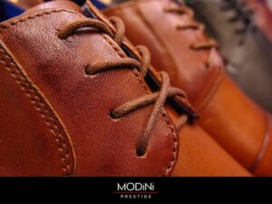 Eleganckie koniakowe buty do garnituru.