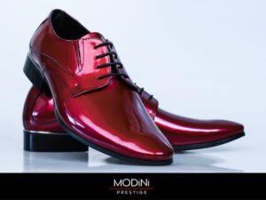 Eleganckie czerwone buty do garnituru.