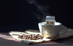 Stolik kawowy może mieć wiele zastosowań.