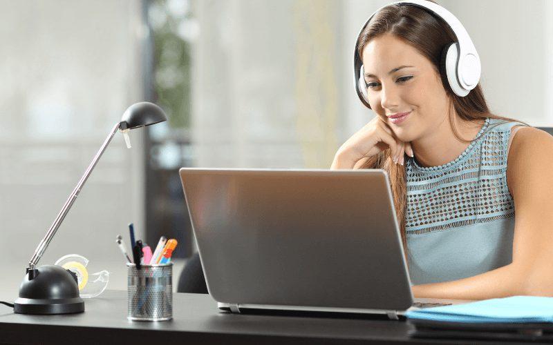 Kobieta podczas szkolenia online.