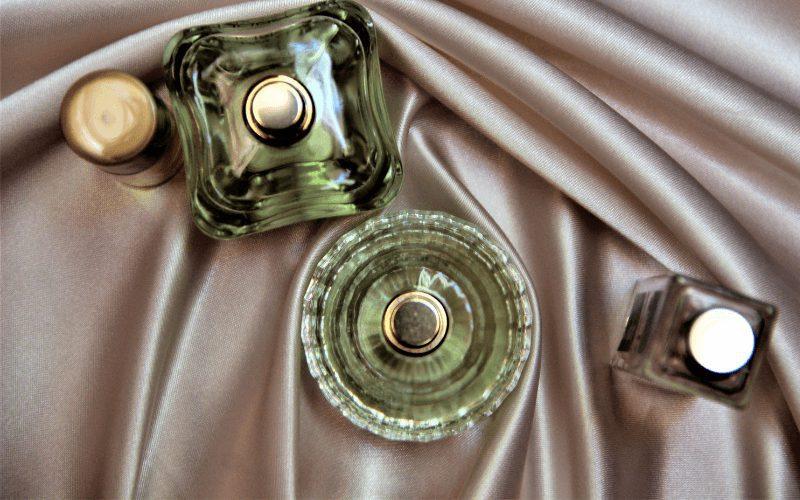 Perfumy w oryginalnych flakonach.