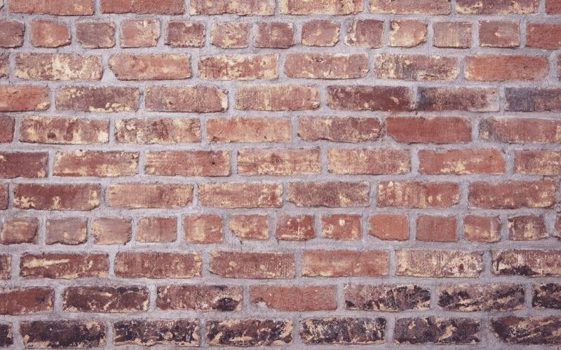 Płytki z cegły na ścianie.